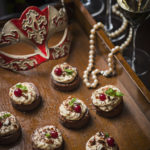 Choklad- och lakritspastej,karamellmousse & kanderande mandlar