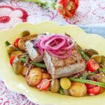 Nicoise m tonfisk & picklad rödlök.